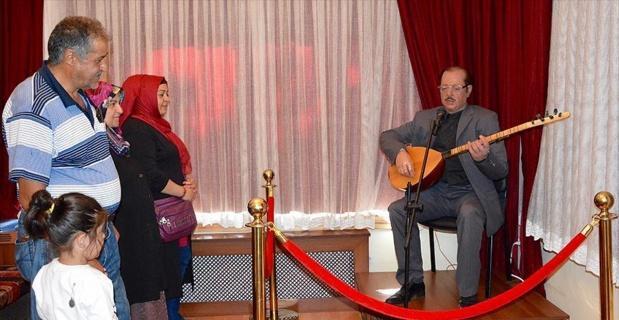 Neşet Ertaş heykeli ziyaretçilerini türkülerle karşılıyor
