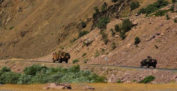 Yol kesen teröristler 2'si asker 4 kişiyi kaçırdı