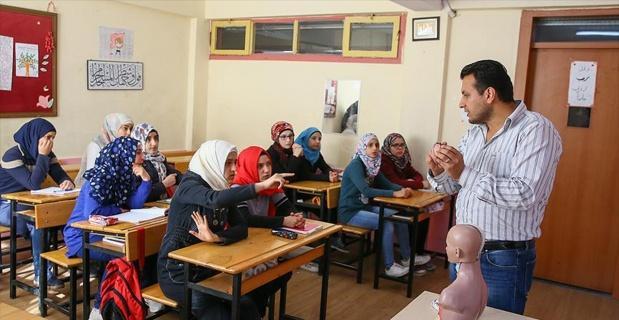 Suriyeli cerrah İzmir'de öğretmenlik yapıyor