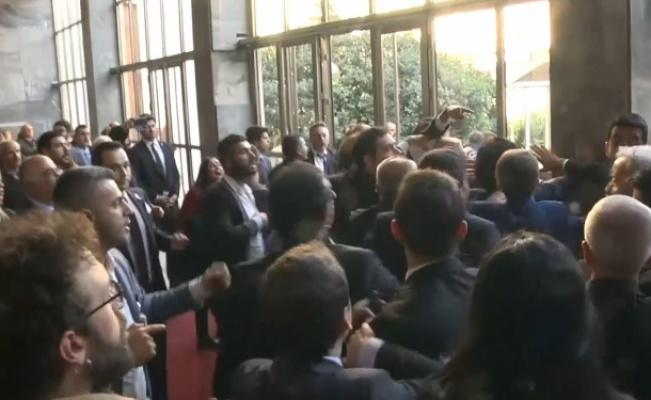 Grup toplantısı sonrası CHP'liler polise saldırdı