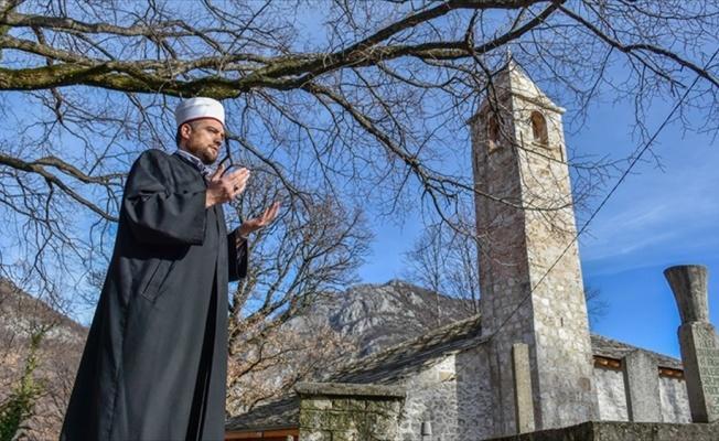 Saat kulesini andıran minaresiyle zamana direnen Osmanlı camisi