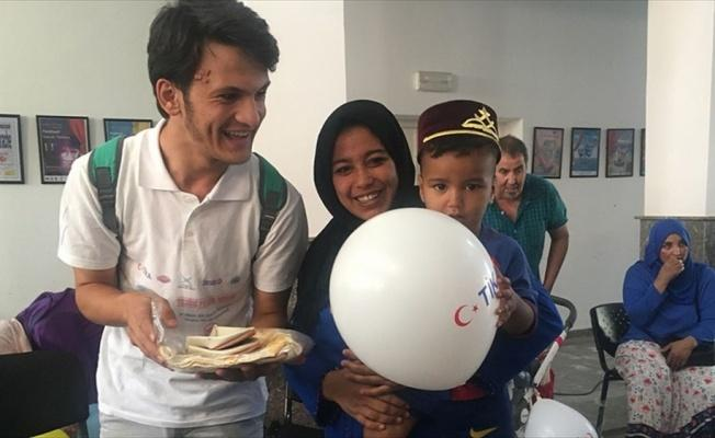 TİKA gönüllülerinden Faslı çocuklara sünnet kıyafeti
