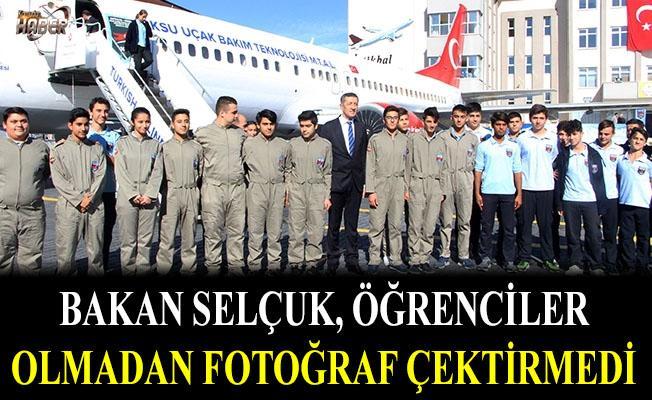 Milli Eğitim Bakanı, öğrencisiz fotoğraf çektirmek istemedi
