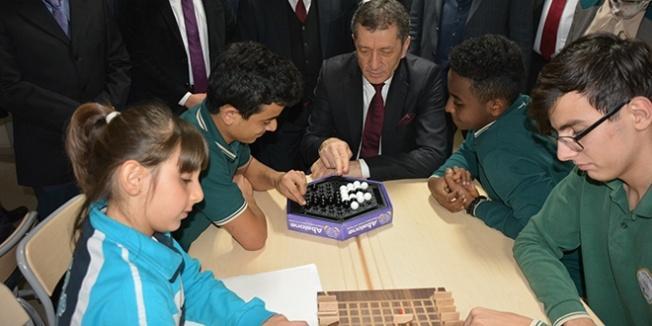 Bakan Selçuk, öğrencilerle zeka oyunu oynadı