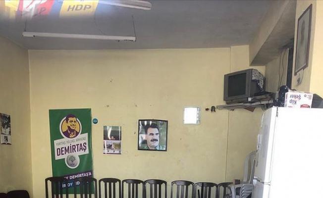 Terör örgütü elebaşısının resmi HDP seçim bürosunda.