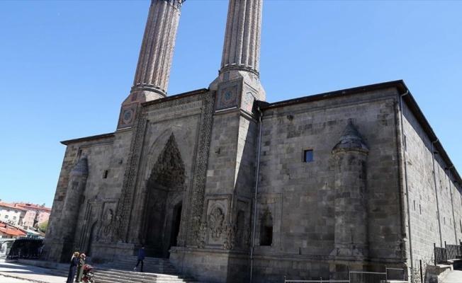 Çifte Minareli Medrese motifleriyle göz kamaştırıyor