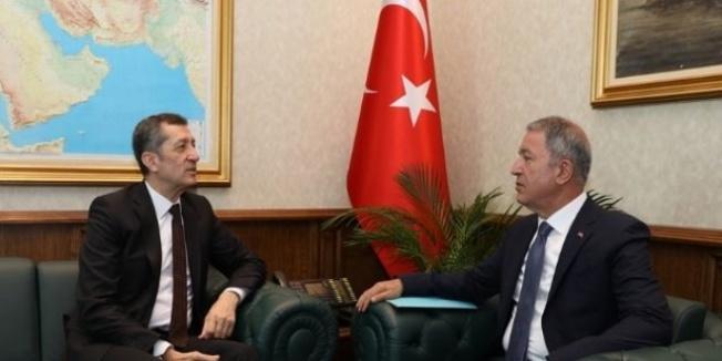 Bakan Akar, Milli Eğitim Bakanı Selçuk ile bir araya geldi