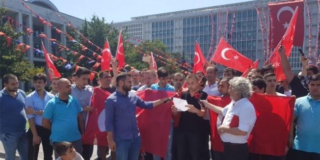 İşten çıkarılanlar İBB önünde toplandı, İmamoğlu'na çağrı yaptı