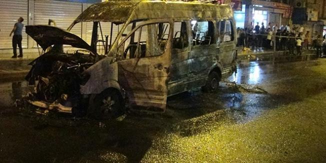 Terör yandaşları yolcu minibüsünü ateşe verdi