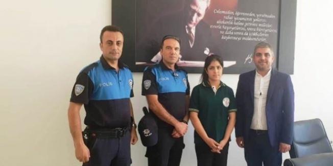 Okula gitmek isteyen kız öğrenciye polisler sahip çıktı