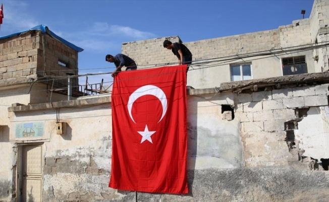 Saldırıda hasar gören evine bayrak asma talebini AA gerçekleştirdi