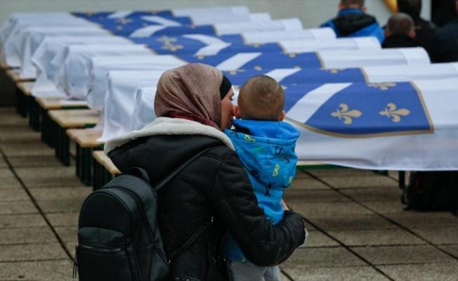Bosna'daki savaşta öldürülen 12 Boşnak 27 yıl sonra toprağa verildi