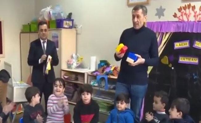 Bakan Selçuk, deprem bölgesindeki çocuklarla ilgilendi