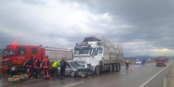 Manisa'da otomobille kamyon çarpıştı: 3 ölü, 1 yaralı